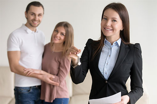 Picture of a broker with a couple